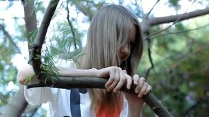 brunette tenåring trimmet utendørs onani