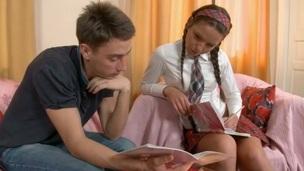 brunett tonåring hottie särskilt allvarliga vovve stil
