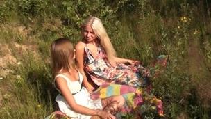 brunette tenåring trimmet lesbisk russisk