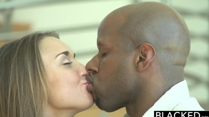 brunette tenåring interracial hardcore blowjob